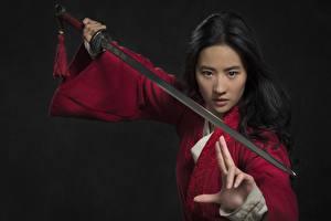 Обои Воители Азиатка Жесты Брюнетки Меч Поза Смотрят Liu Yifei молодая женщина