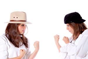 Обои Белый фон Две Шляпа Шатенка Позирует Руки Дерутся молодая женщина