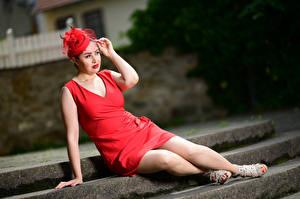 Фотографии Сидящие Платье Красная Ноги Шляпа Боке Yasmin, veil Девушки