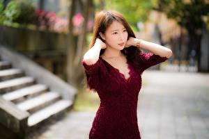 Фотографии Азиатки Боке Шатенки Смотрит Рука Платья девушка