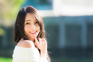 Обои Азиатка Боке Шатенки Взгляд Улыбка Рука молодые женщины