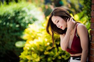 Картинка Азиатка Боке Шатенка Рука молодые женщины