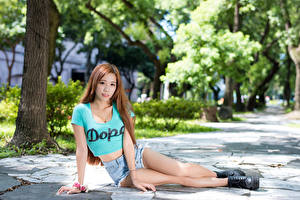 Фото Азиатки Размытый фон Шатенки Руки Шорт Ноги Ботинка молодая женщина