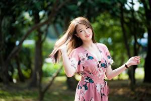 Фотографии Азиатка Боке Шатенки Улыбка Руки Платья молодые женщины