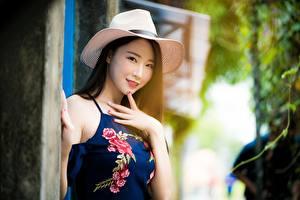 Картинки Азиаты Боке Шляпы Брюнетка Рука Смотрит молодые женщины
