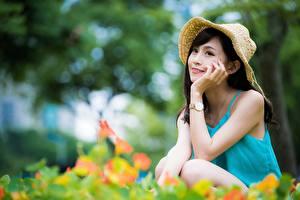 Фото Азиатка Боке Сидит Брюнетки Шляпе Руки молодая женщина
