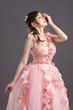 Обои для рабочего стола Азиаты Невесты Платье Розовая Прически Руки Поза Девушки