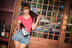 Картинки Азиаты Шатенка Взгляд Рука Шорты Бутылка Поза Девушки