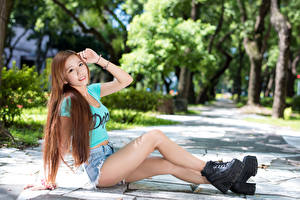 Обои Азиаты Шатенка Сидит Улыбка Шорты Руки Ноги Ботинки Девушки картинки