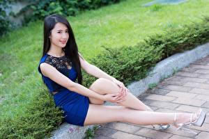 Фотографии Азиатки Брюнетка Улыбается Сидит Боке Руки Ноги молодая женщина