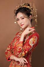 Картинка Азиаты Украшения Платья Руки Взгляд Девушки
