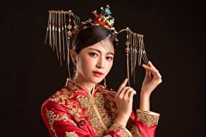 Обои Азиаты Украшения Взгляд Руки Макияж Черный фон Девушки картинки