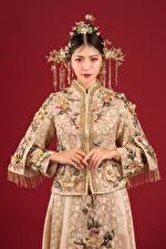 Картинки Азиатка Украшения Взгляд Красный фон Девушки