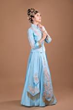 Картинка Азиатка Украшения Поза Платья молодая женщина