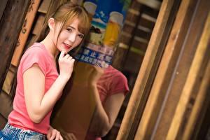 Картинки Азиатки Отражении Шатенка Взгляд Рука Размытый фон молодые женщины