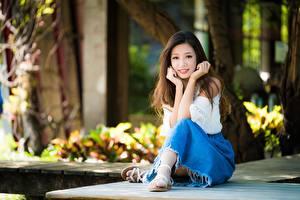 Фотография Азиаты Сидящие Шатенка Боке Руки девушка