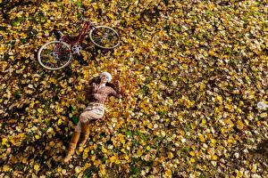 Обои для рабочего стола Осень Лист Велосипеды Лежит Отдых девушка Природа
