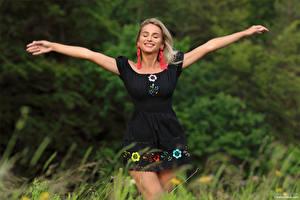 Фотографии Cara Mell Блондинка Трава Платья Рука Улыбка Размытый фон