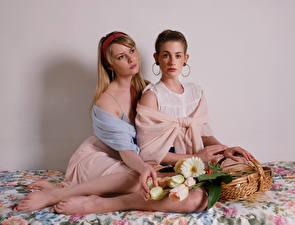 Фотографии Carla Monaco Букеты Корзины Сидящие Вдвоем Взгляд молодые женщины