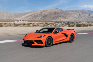 Фото Шевроле Оранжевый Едет 2020 Corvette Stingray Z51 Автомобили
