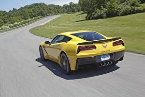 Картинки Chevrolet Дороги Сзади Едет Желтые Corvette c7 Stingray Автомобили
