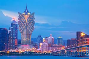 Фотографии Китай Небоскребы Здания Вечер Гостиница Macau, Grand Lisboa Hotel город