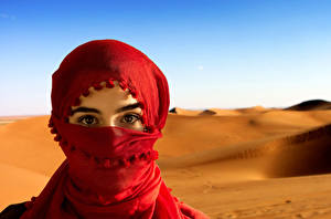 Обои Глаза Взгляд Песок Хиджаб платок Девушки картинки