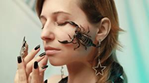 Фотографии Пальцы Скорпионы Лица Маникюр Серьги девушка