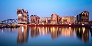 Обои для рабочего стола Финляндия Хельсинки Здания Речка Мост Вечер город
