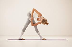 Фотография Фитнес Поза Растяжка упражнение девушка