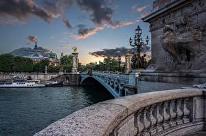 Обои для рабочего стола Франция Речка Мост Дома Речные суда Вечер Париже Pont Alexandre III, Seine River Города