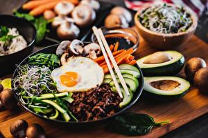 Картинки Яичница Размытый фон Нарезка Завтрак Палочки для еды Тарелка Bibimbap