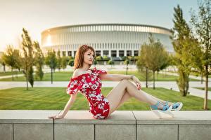 Обои для рабочего стола Georgiy Dyakov Рыжая Сидит Платье Ноги молодая женщина