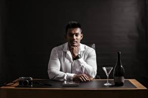 Фотография Индийские Мужчины Рубашка Смотрит Рука Сидя Фотокамера Бутылка Бокалы