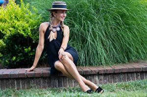 Картинки Украшения Сидящие Платье Ноги Косички Шляпе Улыбается девушка