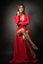 Фото Сидя Платье Декольте Ноги Смотрит Johanna молодая женщина