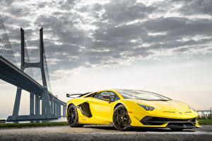 Обои Lamborghini Желтая Aventador авто