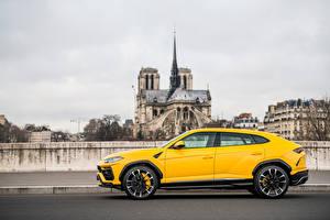Обои Lamborghini Кроссовер Металлик Желтый Сбоку Urus SSUV Автомобили картинки