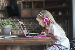 Обои для рабочего стола Девочки Наушники Ноутбук Сидящие Стола Русая ребёнок