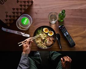 Обои для рабочего стола Мясные продукты Палочки для еды Тарелка Яйца Макароны Еда