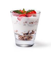 Картинка Мюсли Йогурт Клубника Белом фоне Стакан Продукты питания