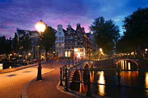 Фотографии Голландия Амстердам Мосты Дома Вечер Водный канал Уличные фонари Keizersgracht Города