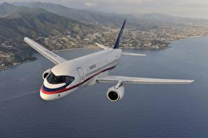 Обои Самолеты Пассажирские Самолеты Полет Русские Sukhoi Superjet 100 Авиация картинки