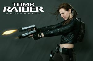 Обои Пистолетом Tomb Raider Underworld Стрельба Куртке Рука Лара Крофт Косплей компьютерная игра Девушки