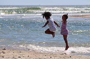 Фотографии Море Девочки 2 Прыжок Негр Дети