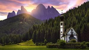 Обои Рассветы и закаты Гора Лес Церковь Италия Альпы Dolomites, Santa Maddalena Природа