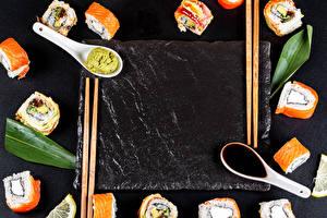 Фотография Суши Сером фоне Ложки Палочки для еды Шаблон поздравительной открытки Соевый соус Продукты питания
