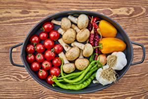 Обои Помидоры Грибы Чеснок Перец овощной Острый перец чили Сковороде Еда