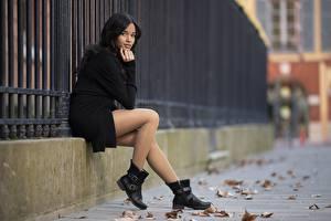 Обои для рабочего стола Азиаты Размытый фон Брюнетки Сидящие Ноги Сапог Колготки девушка