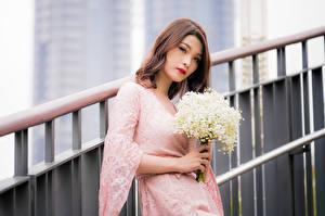 Обои Азиаты Букеты Ландыши Платье Взгляд Размытый фон Девушки картинки